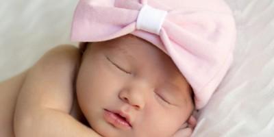 Đội mũ che thóp cho trẻ sơ sinh khi ngủ ảnh hưởng đến não?